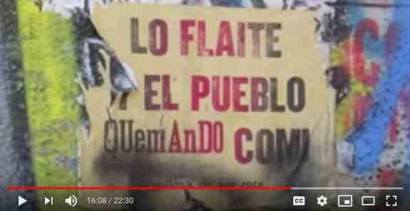 """Gaby Weber:Seit Mitte Oktober 2019 wird in Santiago de Chile jeden Freitag demonstriert. Im ganzen Land wurden dutzende Einkaufszentren abgefackelt, hunderte Polizeireviere niedergemacht, ebenso Büros, Hotels, Banken.  Neue soziale Akteure, fern der Parteien und Institutionen, haben die chilenischen Eliten in Angst und Schrecken versetzt. Sie fordern ein neues Gesellschaftsmodell. An den Wänden steht: """"Chile war die Wiege des Neoliberalismus und wird hier beerdigt werden"""".Niemand hatte das vorausgesehen, auch nicht die radikale Linke, die gegen die Diktatur bewaffneten Widerstand geleistet hatte. Diese neuen Akteure werden """"flaites"""" genannt, ein Schimpfwort, am ehesten zu übersetzen mit: Proleten. Es sind Jugendliche aus den Vorstädten oder vom Land ohne Bildung und ohne Zukunft, ausgeschlossen von Sozialprogrammen und den """"Wohltaten"""" der Marktwirtschaft. Sie kümmern sich nicht um die politisch korrekte Sprachregelung, sind keine Veganer und haben, auch wenn viele Frauen auf den Barrikaden sind, mit traditionellen Feministinnen wenig zu tun.  Obwohl sie die Medien als """"Chaoten"""" und """"Randalierer"""" bezeichnen, lässt sich die chilenische Mittelschicht nicht abschrecken. Die jungen Leute kämpfen auch für sie, sprechen sie den Journalisten in die Mikrophone. Im Andenstaat ist die Geduld am Ende.Dieser Film entstand ohne Finanzierung von dritter Seite; Spenden über Paypal: gaby.weber@gmx.net"""