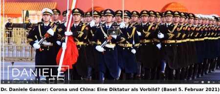 """Am 5. Februar 2021 hat der Schweizer Historiker & Friedensforscher Dr. Daniele Ganser in der Nähe von Basel einen Vortrag gehalten zum Thema: «Corona und China: Eine Diktatur als Vorbild?» Wegen den in der Schweiz geltenden Maßnahmen, durften nur drei Menschen den Vortrag live hören. Für das interessierte Publikum wurde der Vortrag aufgezeichnet. In seinem Vortrag erklärt Daniele Ganser, dass China eine Diktatur ist. Die kommunistische Partei dominiert, es gibt keine anderen Parteien. Die Amtszeitbeschränkung für Präsident Xi Jinping wurde vom Parlament abgeschafft. Mit Kameras, Gesichtserkennung und einem """"Sozialkreditsystem"""" werden die Bürger überwacht. Wer die Regierung kritisiert, riskiert schwere Strafen. Trotzdem hat die WHO die chinesische Diktatur während der Corona-Krise als Vorbild gepriesen, als China im Januar 2020 als erstes Land der Welt in Wuhan einen Lockdown über 11 Millionen Menschen verhängte und die Bürger in ihren eigenen Wohnungen einsperrte. Warum wurde gerade China gelobt? Warum wurde von der WHO nicht Schweden gepriesen, dass die Corona-Krise ohne Maskenpflicht und Lockdown meisterte und dabei die Grundrechte und die Freiheit der Bürger wahrte? Die Botschaft aus Schweden lautet: Wir brauchen keinen Lockdown und keinen Überwachungsstaat. Wir können die Risikogruppe (über 65 Jahre alt) schützen und setzen auf Durchseuchung und Herdenimmunität. Die Botschaft aus China lautet: Mit Lockdown, Quarantäne, Social Distancing, PCR-Tests, Kontaktnachverfolgung, Impfung und Totalüberwachung aller Bürger lässt sich eine komplette Eindämmung des Corona-Virus erreichen. Daniele Ganser zitiert in seinem Vortrag den israelischen Historiker Yuval Noah Harari, der warnte, dass zentrale Merkmale des chinesischen Systems sich auch auf Europa und die USA ausdehnen könnten: «Wir sind heute in der Lage, die perfekte Diktatur zu errichten ... Zum ersten Mal in der Geschichte ist totale Überwachung möglich ... Die totalitäre Versuchung ist in Zeiten von Corona groß.."""
